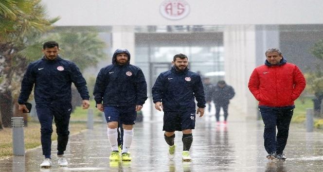 Antalyaspor hazırlıklarını sağanak yağmur altında sürdürdü