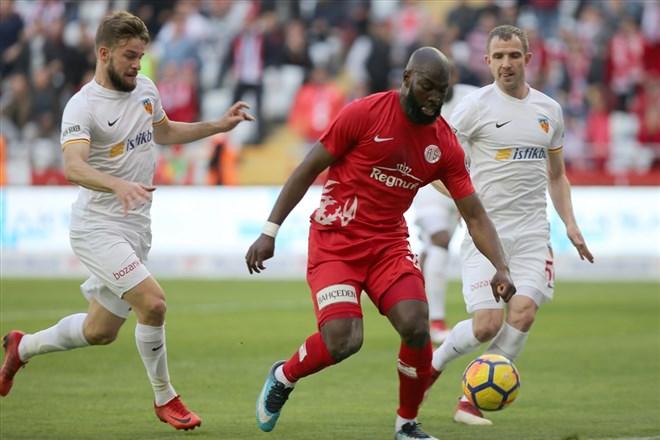 Antalyaspor'un golcüsü Doukara'ya Arabistan'dan teklif