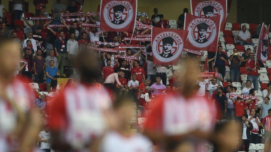 Taraftar Antalyaspor yönetimini dinlemedi! İzmir Marşı ve 'Mustafa Kemal'in Askerleriyiz' sloganı…