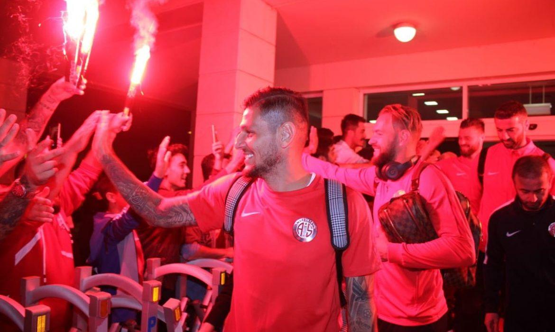 Antalyaspor taraftarından muhteşem karşılama