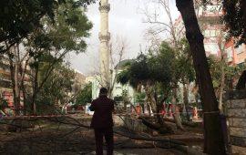Antalya'da fırtına cami minaresini yıktı