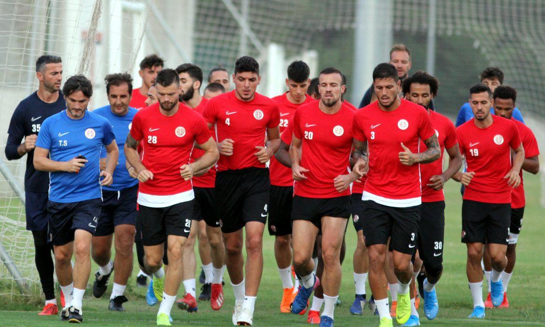 Antalyaspor'da yaş ortalaması 32,5'ten 28'e düştü